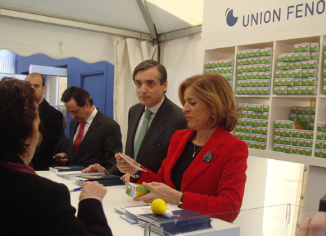 Alfonso González Heredia y Ana Botella en la entrega de las bombillas de bajo consumo.