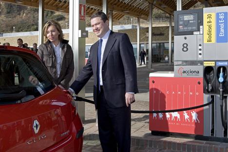 La Consejera de Obras Públicas, Transportes y Comunicaciones del Gobierno de Navarra, Laura Alba, y el director gerente de Acciona Biocombustibles, Joaquín Ancín.