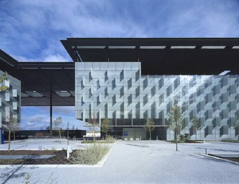 La fachada se construye mediante un sistema modular de doble muro cortina