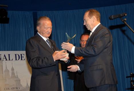 Dante Ferroli recogiendo el premio de manos del presidente de Conaif, José María de la Fuente