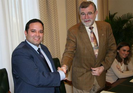 Jose Manuel Roldán Nogueras e Ildefonso González Montero durante la firma del convenio.