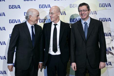 De izda dcha: Francisco González, presidente de BBVA, el arquitecto Jacques Herzog y Alberto Ruiz Gallardón, alcalde de Madrid