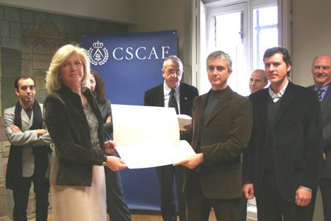 Entrega de una MENCIÓN por Isabel León, Presidenta de ASA y miembro del Jurado de SICE08 a los arquitectos Simone Solinas y Nicolás Carvajal