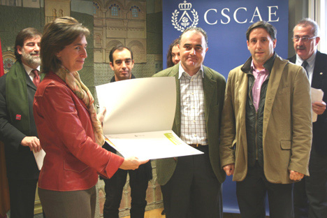 Entrega de una MENCIÓN por Camino Álvarez, Directora General de Producción de la EMVS a los arquitectos Ramón Ruiz Cuevas y Adolfo Moro