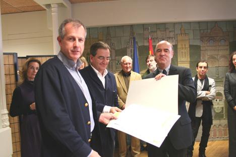 Entrega del SEGUNDO PREMIO por Carlos Gomez Agustí, Consejero del Consejo Rector de la Caja de Arquitectos a los arquitectos Íñigo Ortíz y Enrique León