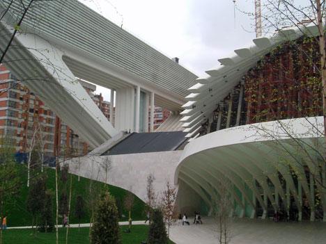 Más de 3.000 m3 de AgiliaTM Suelo A, en numerosos locales del centro comercial del Palacio de Congresos y Exposiciones de Oviedo, obra de Santiago Calatrava.