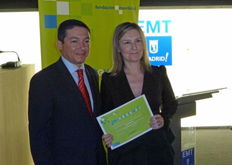 """Pedro Calvo entrega la distinción """"Muévete Verde"""" en la categoría de Campaña de comunicación y sensibilización de movilidad sostenible a la directora de ECOMOVE, Inés Leal."""