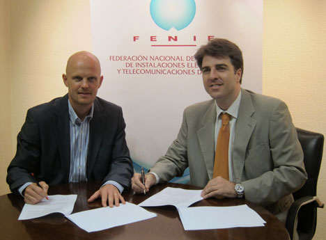 Firma del acuerdo entre Stefan Junestrand, Director General de Casadomo Soluciones y José Antonio Gonzalez Hernández, Secretario General – Gerente de FENIE.