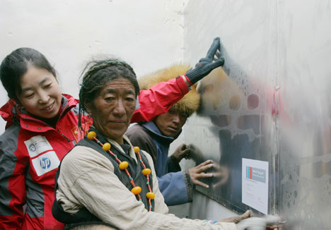 Zona del monte Everest, Tibet: DuPont™ Energain® está siendo utilizado en la casa piloto de un proyecto internacional que ayuda a mejorar confort y eficiencia en los hogares de residentes locales (fotos DuPont™ Energain®).