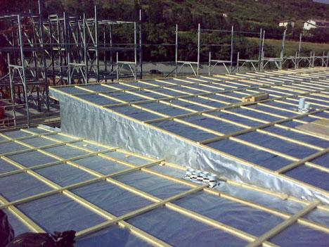 L'Aquila, Abruzzo, Italia: Reconstrucción después del terremoto. DuPont™ Tyvek® Enercor® instalado en el techo de un anti-sísmico edificio, sostenible medioambientalmente, construido por la empresa italiana CogESI (foto Luciana Canu/ CogEsi).