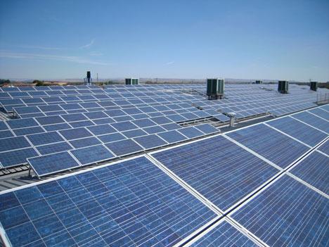 Instalación en cubierta proyectada por la empresa Parques Solares de Navarra en Cascante