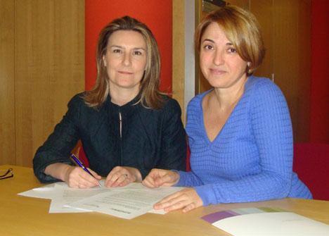 Inés Leal, Directora de CONSTRUIBLE,  y Raquel Aranguren Directora Técnica de la Fundación Entorno, durante la firma del acuerdo de colaboración.
