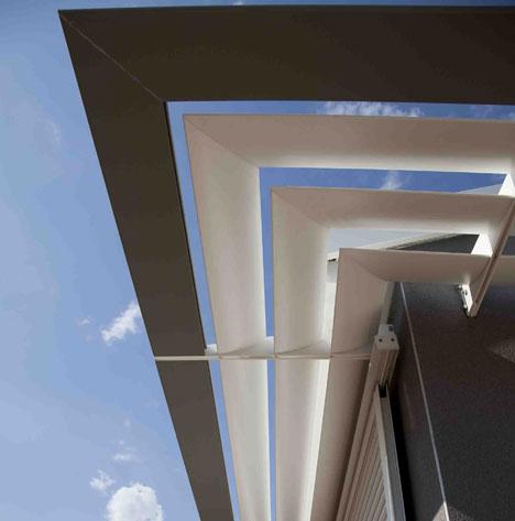 De este modo se logra enmarcar el contorno de la casa, dándole un halo de modernidad al tiempo que separa visualmente la terraza del resto de la obra.
