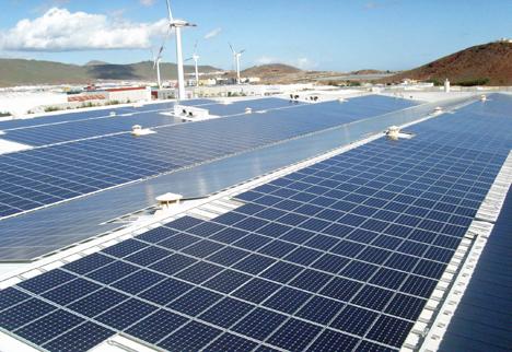 Inaugurada la planta fotovoltaica sobre cubierta más grande de Canarias.
