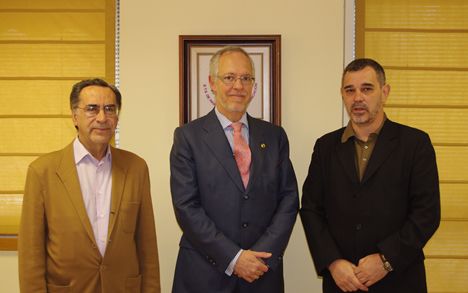 Momento posterior a la firma, con D. Vicente Ortega (Fundetel, izqda), D. Eugenio Fontán (COIT, centro) y D. José Manuel Páez (Mdhd, dcha).