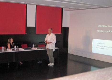 Ignacio Valero, Profesor de la ETSAM, durante su ponencia Criterios de Iluminación en edificios ecoeficientes.