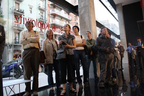 Visitantes en el edificio CEK