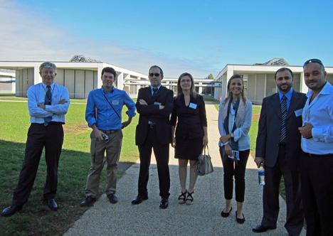 Paul AcKer con la delegación española y la jornada durante la visita a los laboratorios.