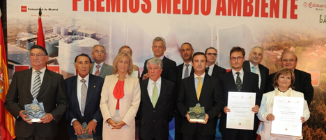 Imagen de los premiados con sus galardones