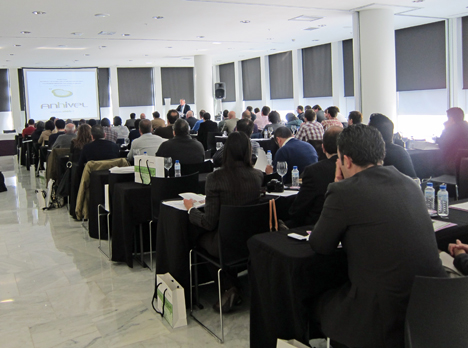 Vista general de la sala durante la presentación de la empresa Anhivel