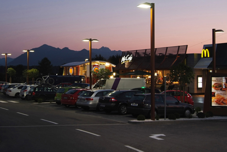 Rolf Krüger: Aparcamiento de McDonald's com iluminación LED de la filial Siteco de OSRAM