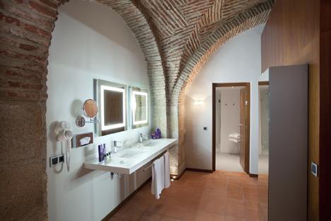 Baño de una de las habitación del Parador de Cáceres con encimera continua realizada en DuPont™ Corian®. Foto por cortesía de Mauro Cano Arquitecto, todos los derechos reservados