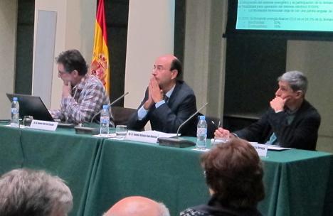 Presentación del informe Energía 3.0, de izquierda a derecha: Xavier García, autor del informe, Tomás Gómez, consejero de la CNE y jose Luis García responsable de proyectos de energía limpia de Greenpeace