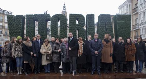 El Alcalde, la Corporación Municipal y numerosos ciudadanos han inaugurado la escultura vegetal con el nombre de la ciudad que presidirá la Plaza de la Virgen Blanca