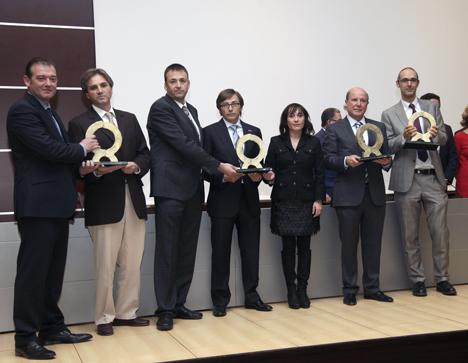 Foto de grupo de los representantes de las empresas premiadas con los Alfa de Oro