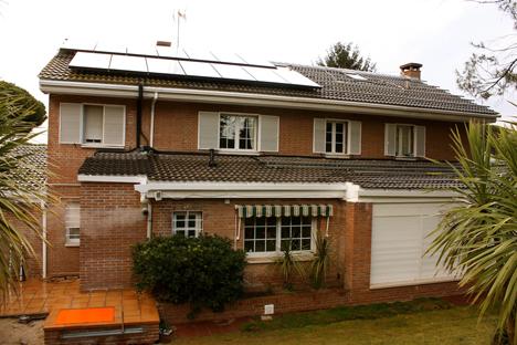 Fachada vivienda, paneles solares