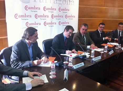 Jochen Beese, director gerente de Krannich Solar, firma un convenio de colaboración con el Departament d'Ensenyament de la Generalitat de Catalunya