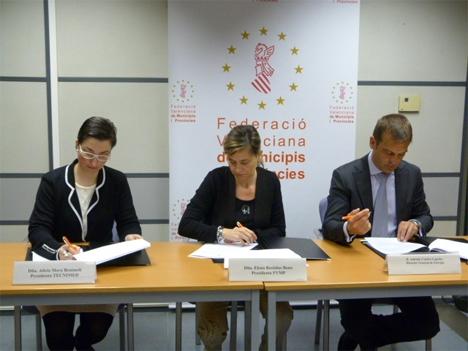 Firma del acuerdo, Alicia Mora, Presidenta del TECNIMED, Elena Bastidas, Presidenta de FVMP y Antonio Cejalvo, Director general de Energía de la comunidad Valenciana
