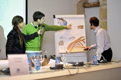 Resolución de dudas en taller sobre estructuras organizado por IE Universidad y AHEC.