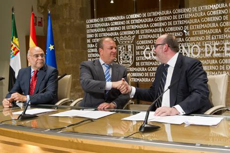 El Presidente del Gobierno de Extremadura, José Antonio Monago, y Guillermo Barea, Consejero Delegado de la empresa Gehrlicher Solar España, en la firma el Convenio