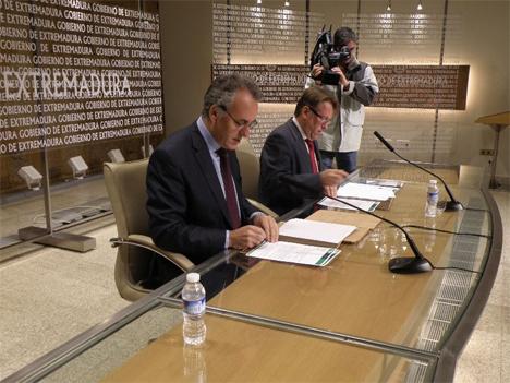 El consejero de Fomento, Vivienda, Ordenación del Territorio y Turismo, Víctor del Moral, y el rector de la Universidad de Extremadura, Segundo Píriz, han firmado un convenio para el estudio y la colaboración científica en el desarrollo del proyecto EDEA-RENOV