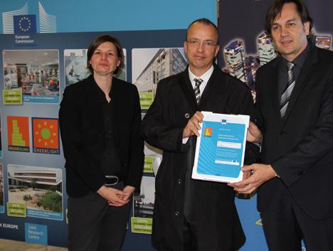 A la izquierda, la representante de la Comisión Europea; en el centro, Jordi Tragant, de Constructora d'Haro y a la derecha, Josep Armengol, de Compact Habit