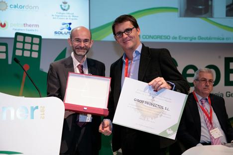 Miguel Madero (a la derecha), director de Girod Geotermia, recoge el premio de manos de Juan Pedro Luna jefe de Área de Minas e Instalaciones de Seguridad de La Consejería de Industria de Madrid