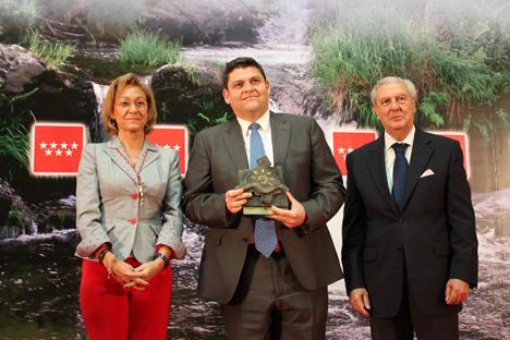 El premio Medio Ambiente 2011 entregado por la consejera de Medio Ambiente de la Comunidad de Madrid, Ana Isabel Mariño y el vicepresidente primero de la Cámara de Comercio de Madrid, Miguel Corsini, fue recogido por el Vicepresidente de Operaciones de CEMEX en España, Fernando Enríquez