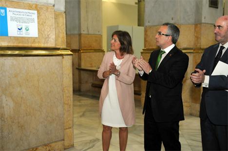 Botella descubre la placa que atestigua que la sede del Ayuntamiento ha recibido el certificado ambiental EMAS