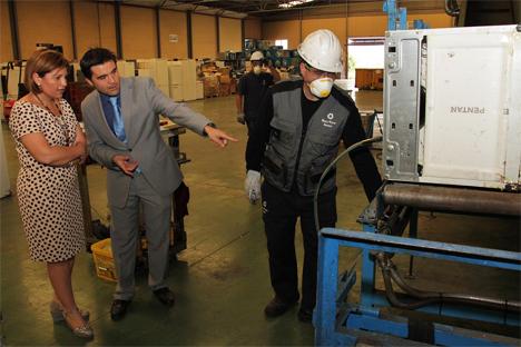 Isabel Bonig en la visita a las instalaciones de la empresa Recytech Iberia