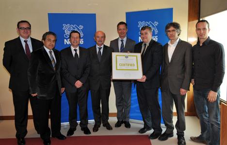 Representantes de Nestlé, con la certificación LEED para la nave Nestlé Dolce Gusto de Gerona