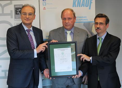 Gerente de Knauf España, Klaus Keller ha recibido el certificado de manos del Director General de AENOR, Avelino Brito, y Director General de Industria, Energía y Minas de la Comunidad de Madrid, Carlos López Jimeno.