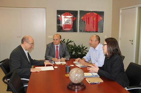 Reunión entre director general del IDAE, Fidel Pérez Montes (en el centro) el pasado viernes 13 de julio, y los miembros de la Junta Directiva de ANAE encabezados por su presidente Francisco Valverde
