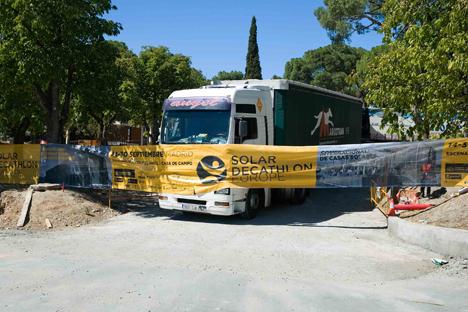 Entrada de los camiones de los equipos participantes con las piezas y módulos prefabricados de los equipos participantes en SDE 2012