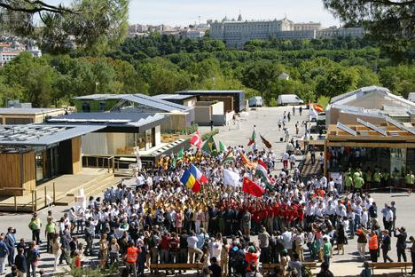 Equipos Solar Decathlon y autoridades en la inauguración