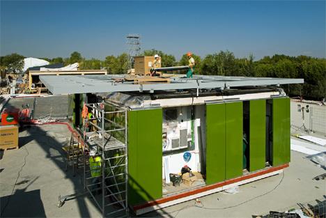 Momentos del montaje de la ekihouse, que incorpora DuPont TM Energain®. Foto Solar Decathlon Europe 2012