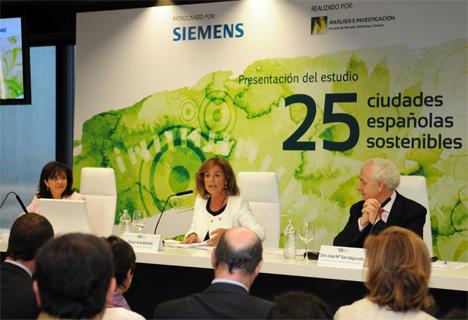 De Izquierda a derecha Rosa García, directora de Siemens en España, Ana Botella, Alcaldesa de Madrid y José Mª San Segundo, Dir. Gral. de Análisis e Investigación