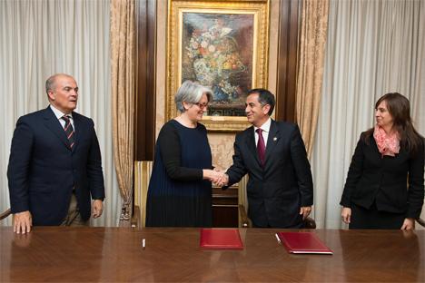 La vicepresidenta Goicoechea y el alcalde de Quito, Augusto Barrera, firman un protocolo de colaboración en materia energética y urbanística, flanqueados por el consejero Zarraluqui y la consejera Nathalia Novillo