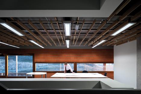 Sede de Idom, Madrid, con luminaria DINAMIC L.C. en línea continua de la marca LAMP