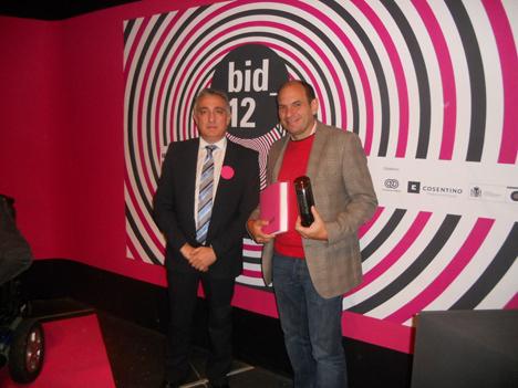 Jose Luis Calleja, Gerente de Cosentino Madrid, entrega el premio Diseño y Sostenibilidad a Levi Girardi